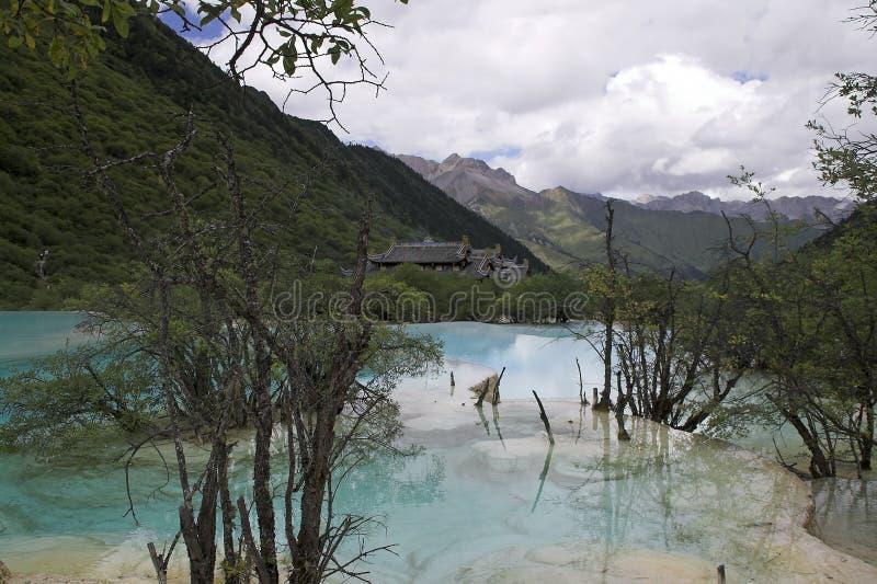 Vue de vallée avec les étangs colorés avec le temple antique de Huanglong à l'arrière-plan image stock