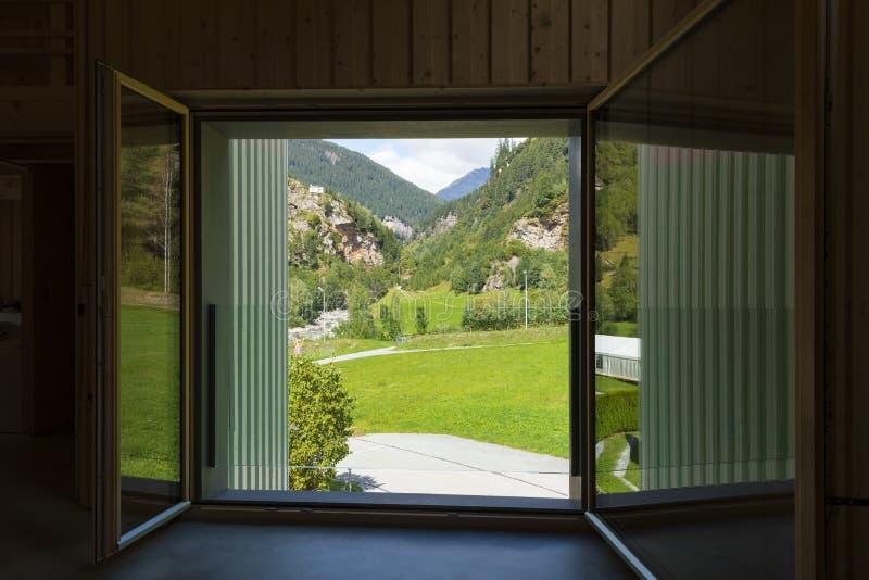 Vue de vallée dans le canton Grisons en Suisse photographie stock