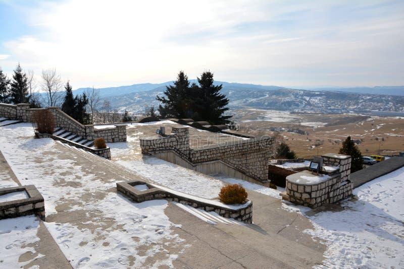 Vue de vallée de campulung du mausolée des héros dans Mateias images stock