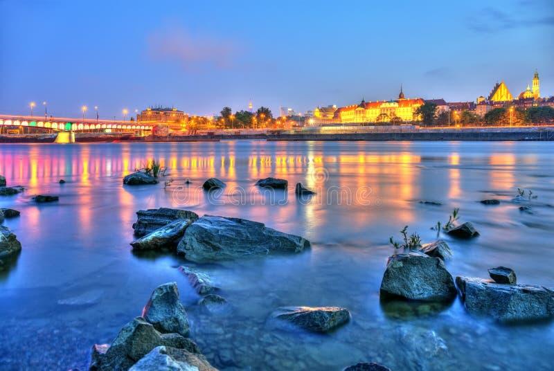 Vue de Varsovie par nuit de la rivière photos stock