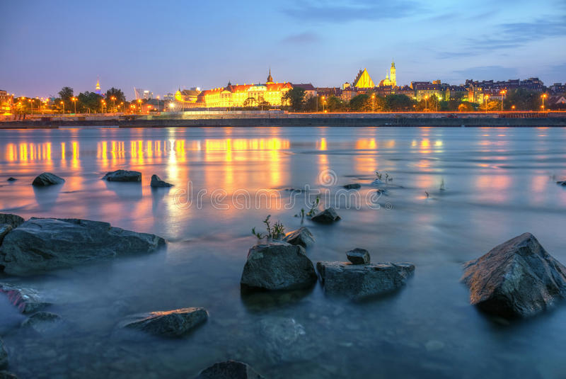 Vue de Varsovie par nuit de la rivière images libres de droits