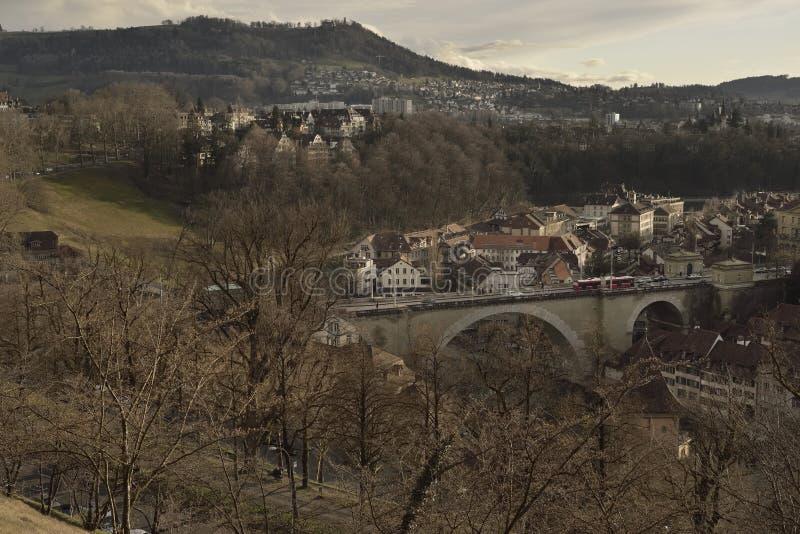 Vue de vieille ville de Berne de Rosengarten avec la colline de Gurten sur le coucher du soleil switzerland images stock