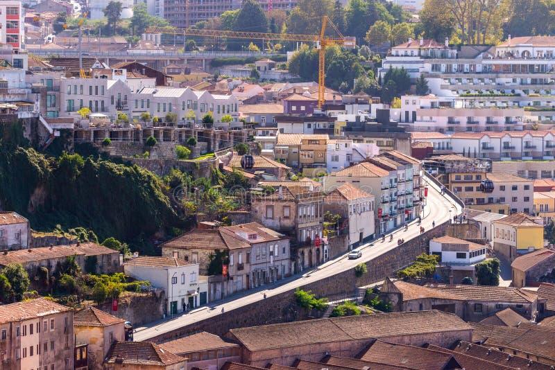 Vue de vieux b?timents de ville de Porto avec les toits carrel?s rouges portugal images stock