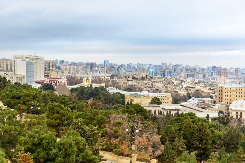 Vue de vieux quart de ville et de bâtiments modernes à Bakou l'azerbaïdjan photos stock