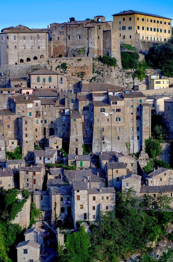 Vue de vieux village italien de Sorano en Toscane images stock