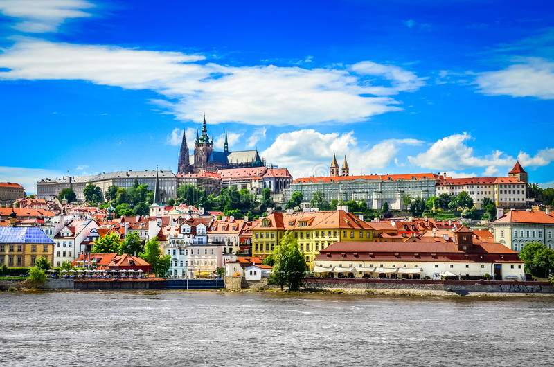Vue de vieux ville et château de Prague colorés avec la rivière photographie stock libre de droits