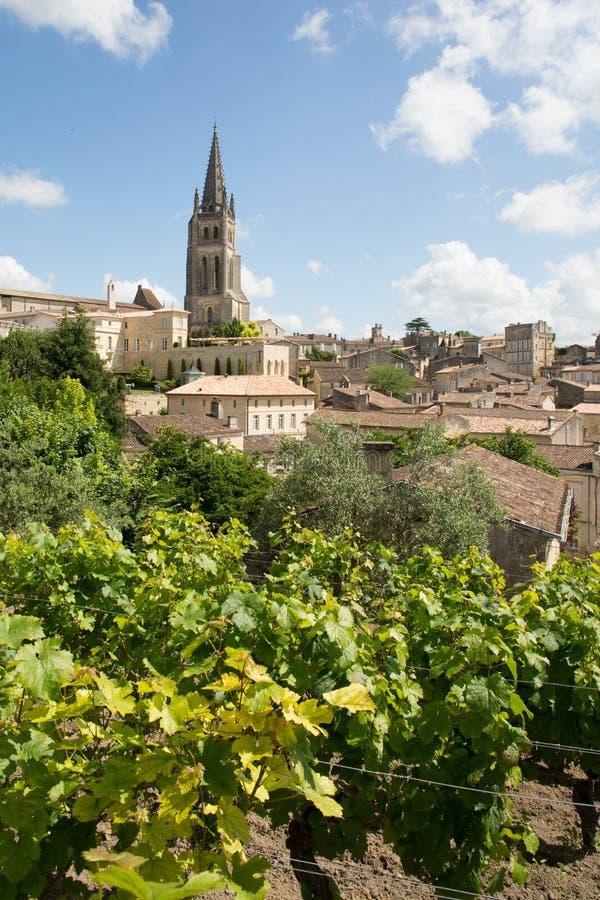 Vue de village de Saint Emilion dans la région de Bordeaux dans les Frances photographie stock libre de droits