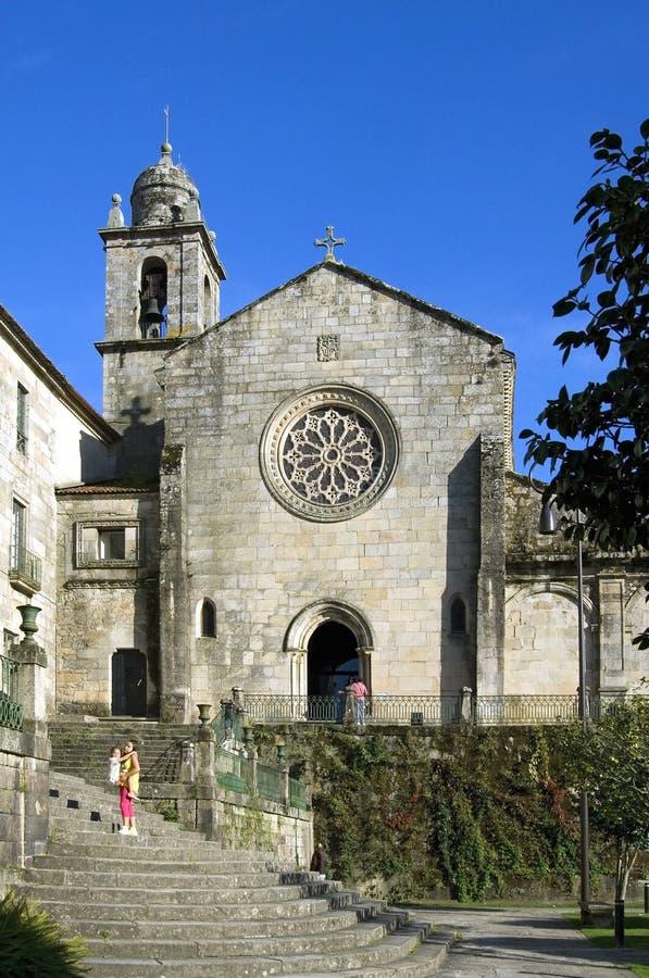 Vue de ville avec les personnes et l'église antique Pontevedra images libres de droits