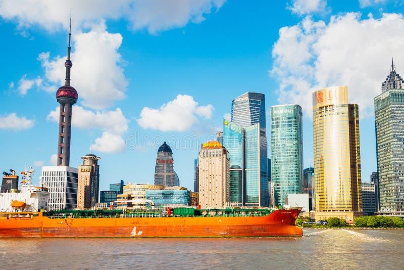 Vue de ville de Changhaï avec la tour et le fleuve Huangpu orientaux de perle à Changhaï, Chine images libres de droits