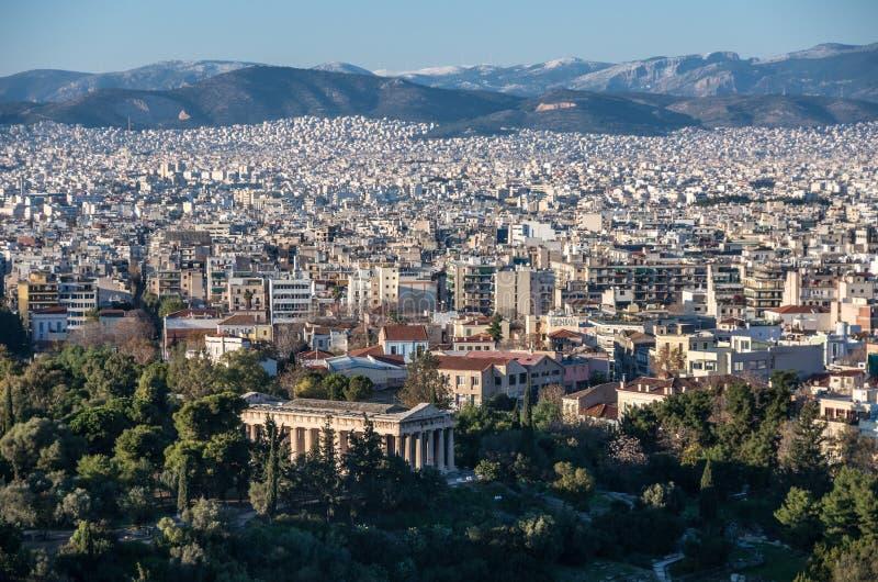 Vue de ville d'Athènes avec le temple de Hephaestus de hil d'Acropole image stock