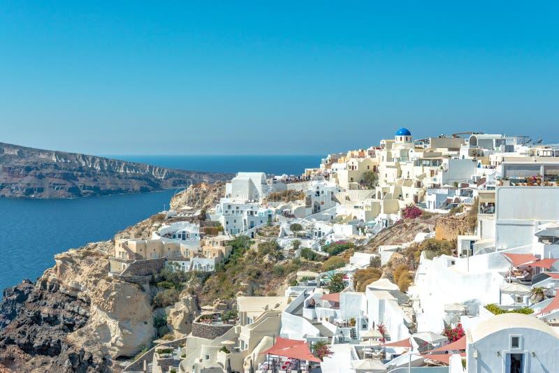 Vue de ville d'Oia avec les maisons blanches sur l'île de Santorini La Grèce image libre de droits