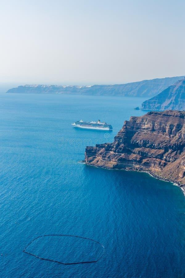 Vue de ville de Fira - île de Santorini, Crète, Grèce. Belle baie photos libres de droits
