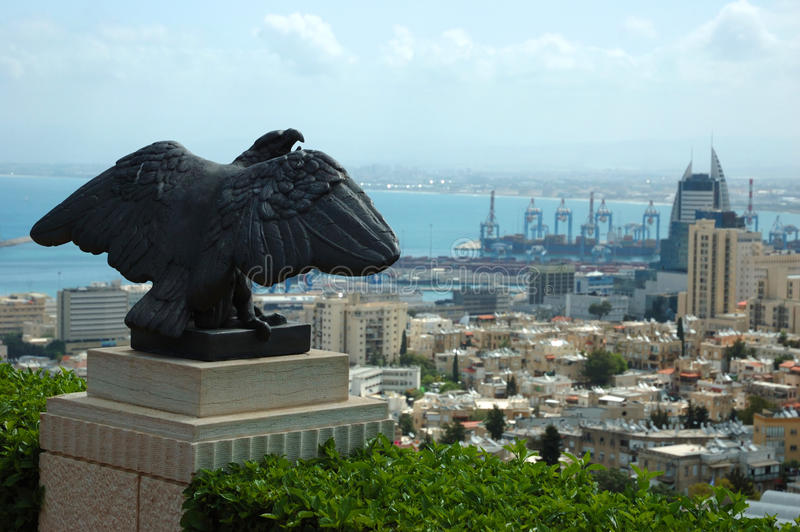 Vue de ville de Haïfa et de statue d'aigle, Israël image libre de droits