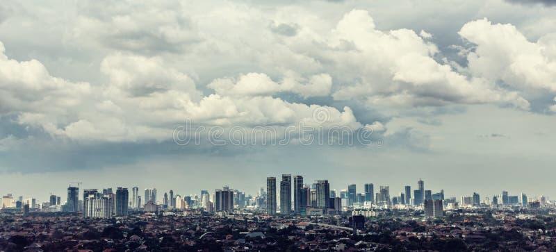 Vue de ville de Jakarta avec Kampung image stock