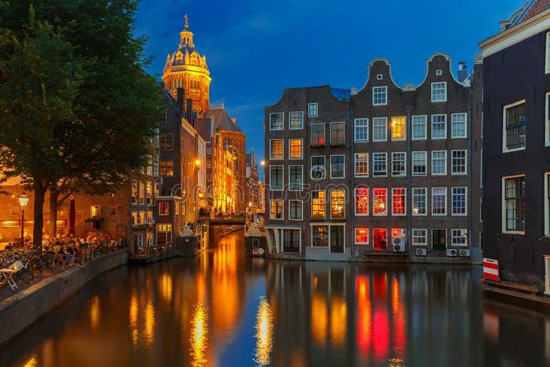 Vue de ville de nuit de canal, d'église et de bri d'Amsterdam photo stock