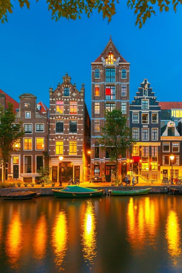 Vue de ville de nuit de canal d'Amsterdam avec les maisons néerlandaises images libres de droits