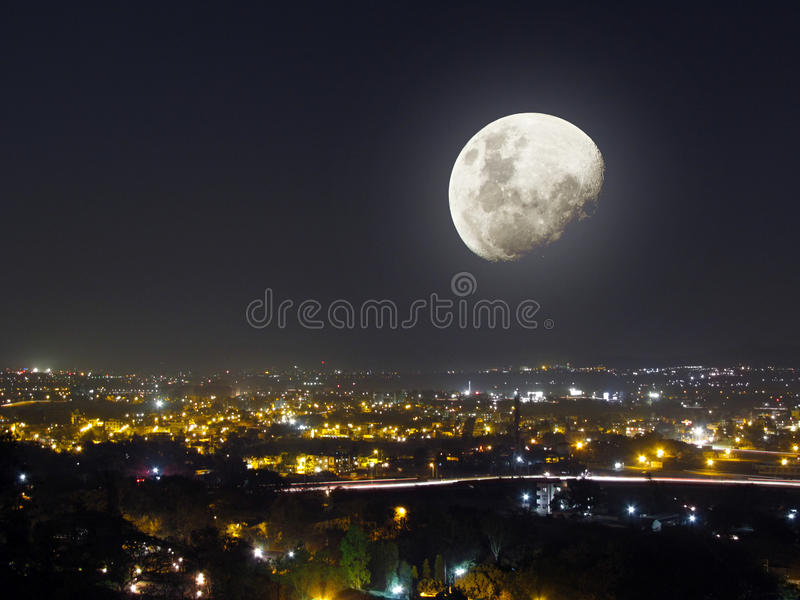 Vue de ville de nuit de lumière de lune photographie stock libre de droits