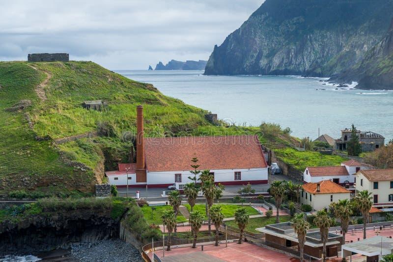 Vue de ville de Porto DA Cruz avec des ruines de forteresse sur l'usine de colline et de rhum images libres de droits