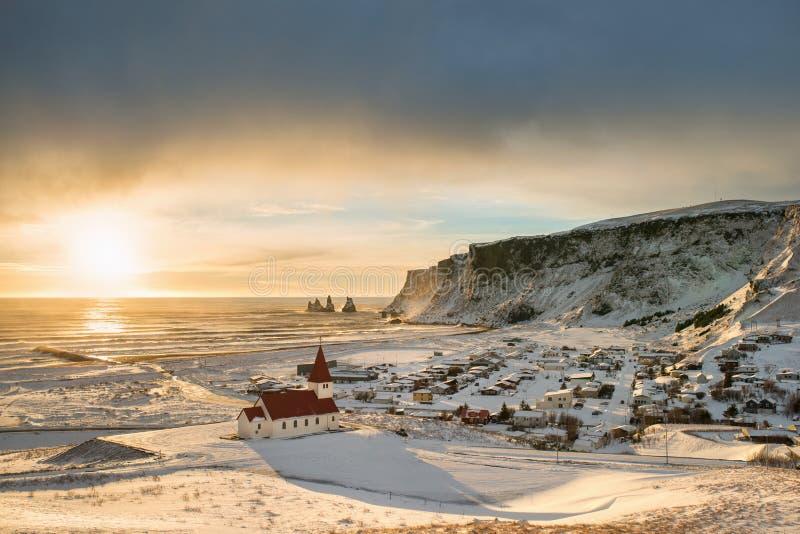 Vue de ville de Vik près de la côte de Reynisfjara l'hiver Islande photographie stock libre de droits