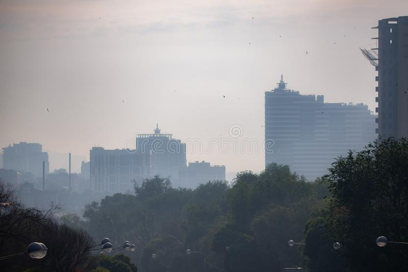 Vue de ville en brouillard industriel de brume de matin sur le paysage urbain images stock