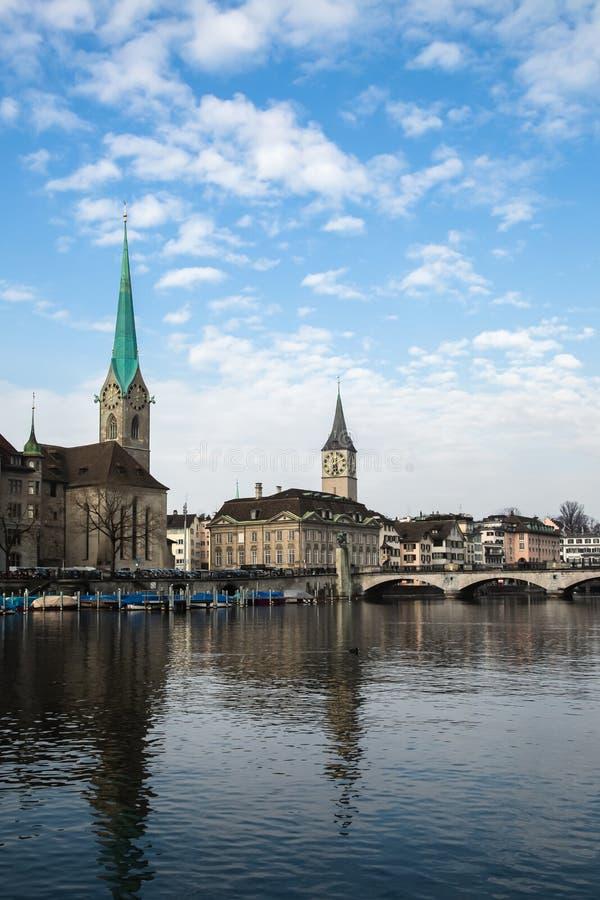 Vue de ville historique de Zurich Église de Fraumunster et rivière Limmat au lac Zurich Canton de Zurich, Suisse image stock