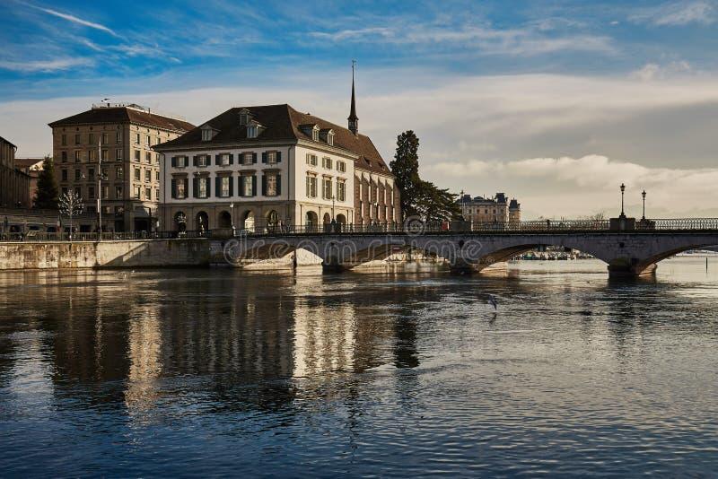 Vue de ville historique de Zurich Ri de croisement de pont de Munsterbucke images stock