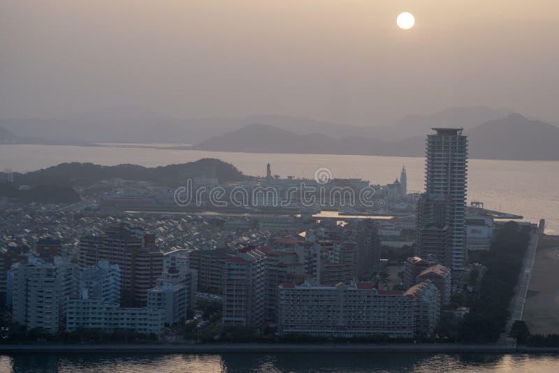 Vue de ville de Kitakyushu par la mer autour de Wakamatsu-ku en été image stock