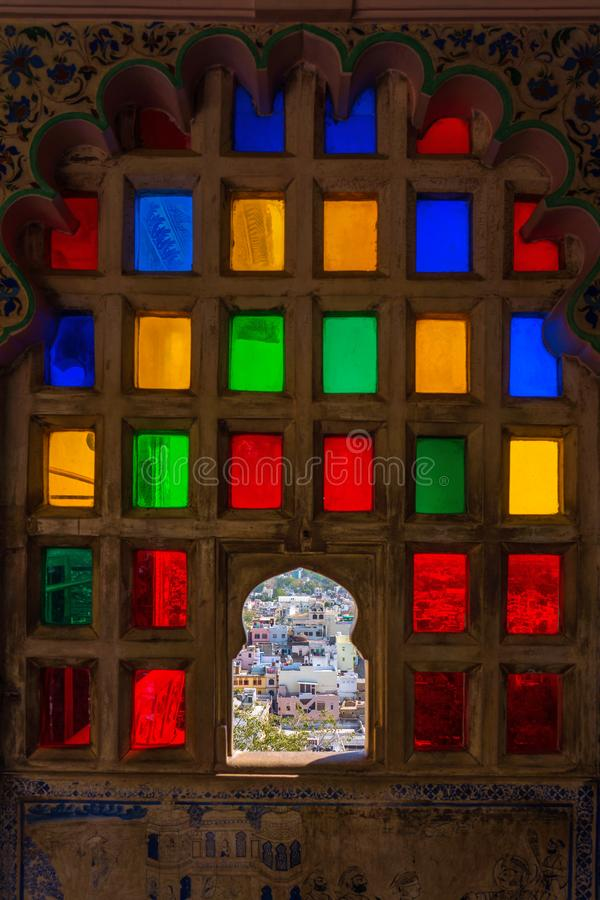Vue de ville de la fenêtre colorée de mosaïque dans le musée de palais de ville photos stock