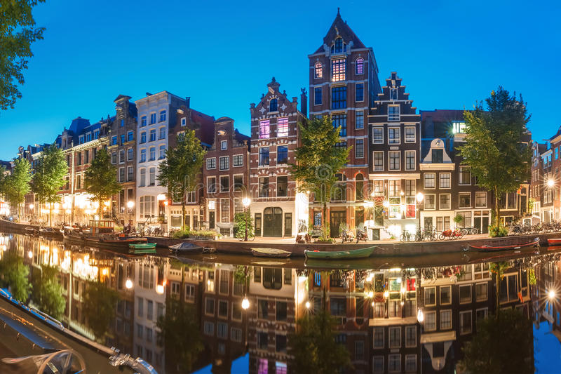 Vue de ville de nuit de canal Herengracht d'Amsterdam images libres de droits