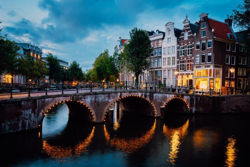 Vue de ville de nuit de canal Herengracht, maisons néerlandaises typiques d'Amsterdam en égalisant des lumières de crépuscule, Ho images libres de droits