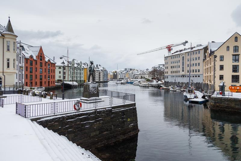Vue de ville de port d'Alesund Centre de la ville images stock