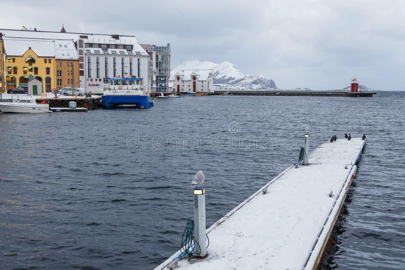 Vue de ville de port d'Alesund Centre de la ville images libres de droits