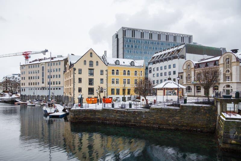 Vue de ville de port d'Alesund Centre de la ville photo libre de droits