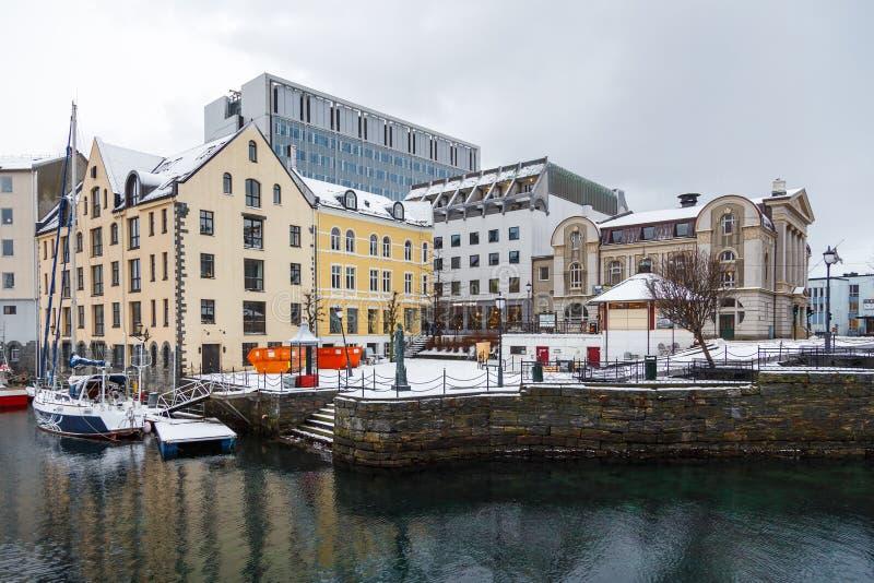 Vue de ville de port d'Alesund Centre de la ville photos libres de droits