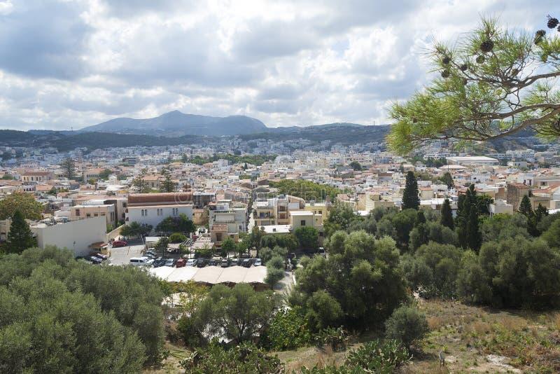 Vue de ville-port de Rethymno d'architecture grecque de station de vacances, établie par Venetians, de taille du château de Forte photographie stock libre de droits