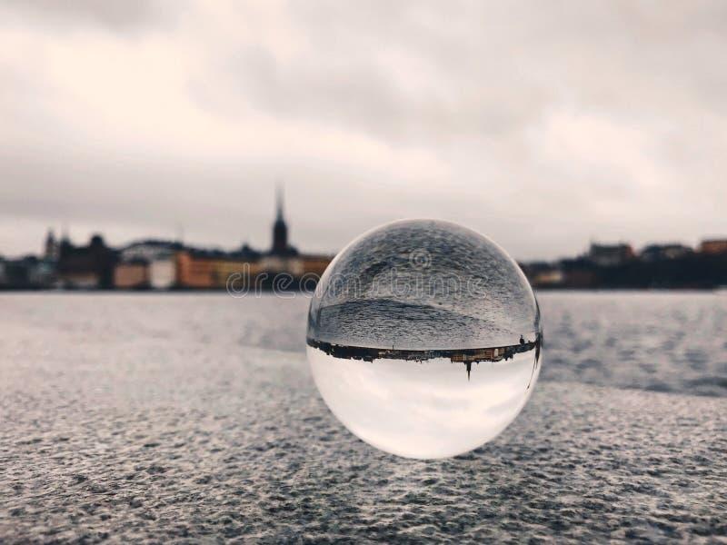 Vue de ville de Stockholm avec la rivière, le ciel et la boule de cristal photo stock