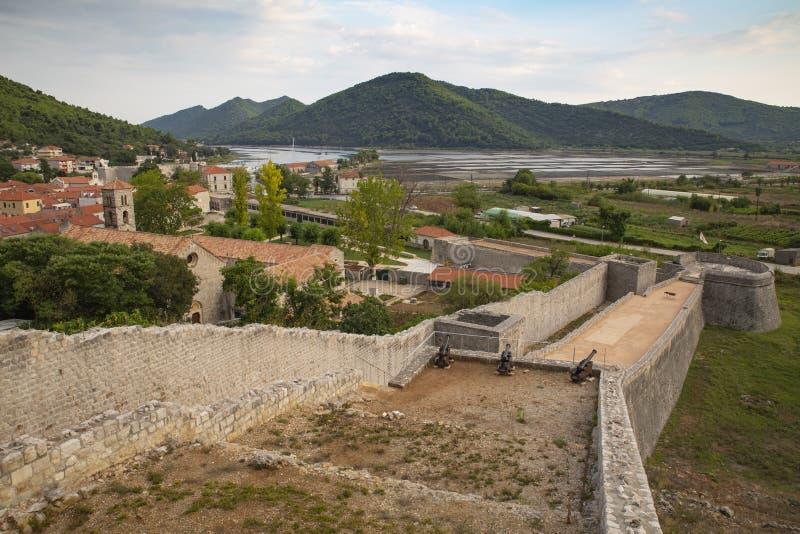 Vue de ville de Ston et de ses murs défensifs, péninsule de Peljesac, Croatie Ston était un fort important de la République de Ra photos stock