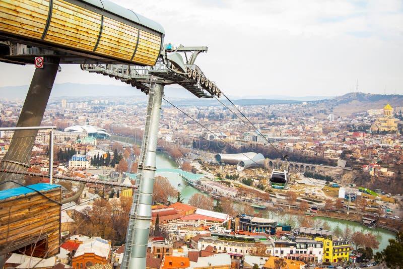 Vue de ville de Tbilisi de forteresse de Narikala avec la station de funiculaire, la Géorgie, janvier 2019 photographie stock libre de droits