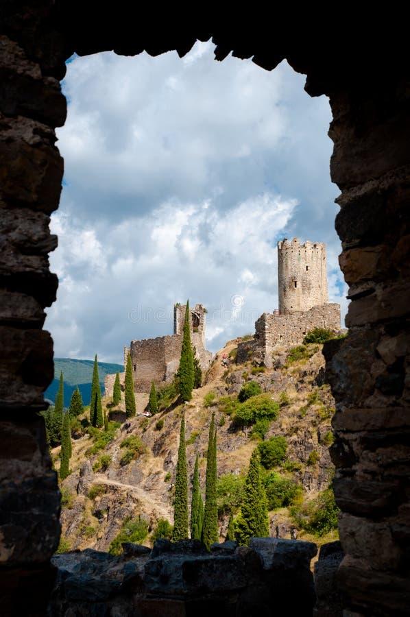 Vue de visite Regine et de cabaret de La par une fenêtre en pierre chez Lasto photo libre de droits