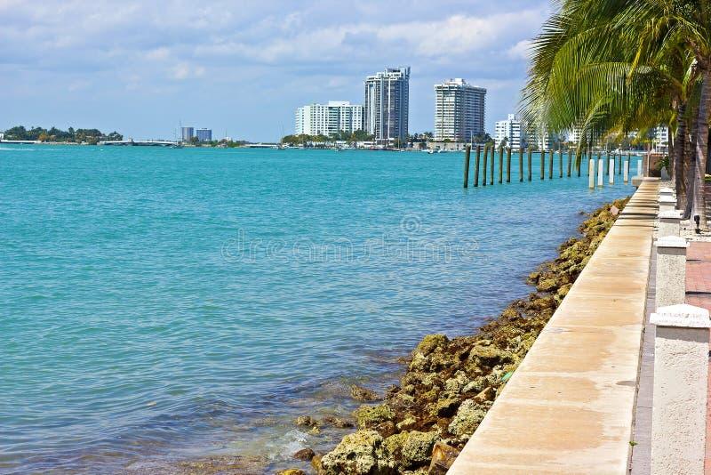 Vue de voie d'eau avec des bâtiments de ville dans Miami Beach, la Floride photos stock