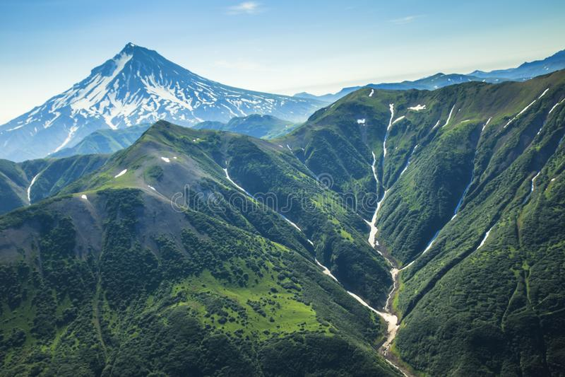 Vue de vol du Kamtchatka la terre des volcans et des vallées vertes photo libre de droits
