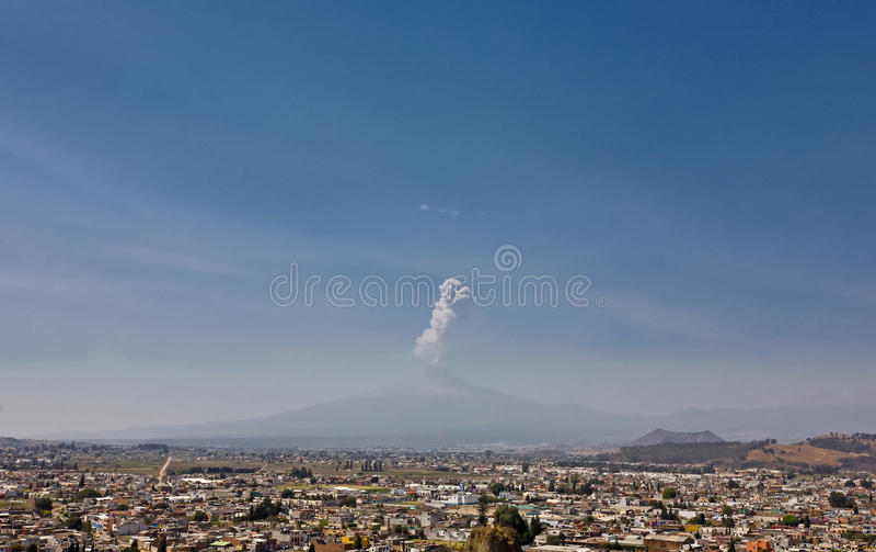 Vue de volcan de Popocatepetl de Cholula, Mexique image stock