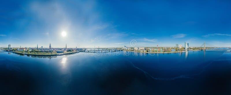 Vue de vr de la sphère 360 de bourdon de rivière de dvina occidentale de Riga de ville images libres de droits