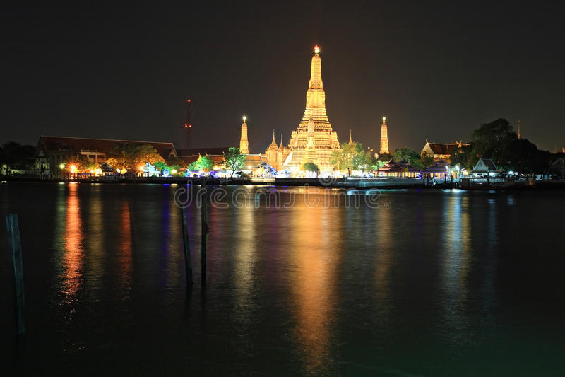 Vue de Wat Arun à travers le fleuve Chao Phraya image libre de droits
