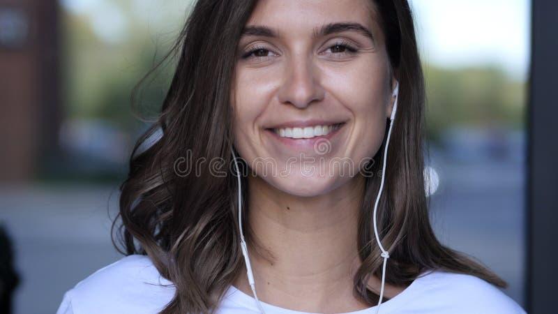 Vue de webcam, causerie visuelle en ligne, causerie par la jeune fille photographie stock