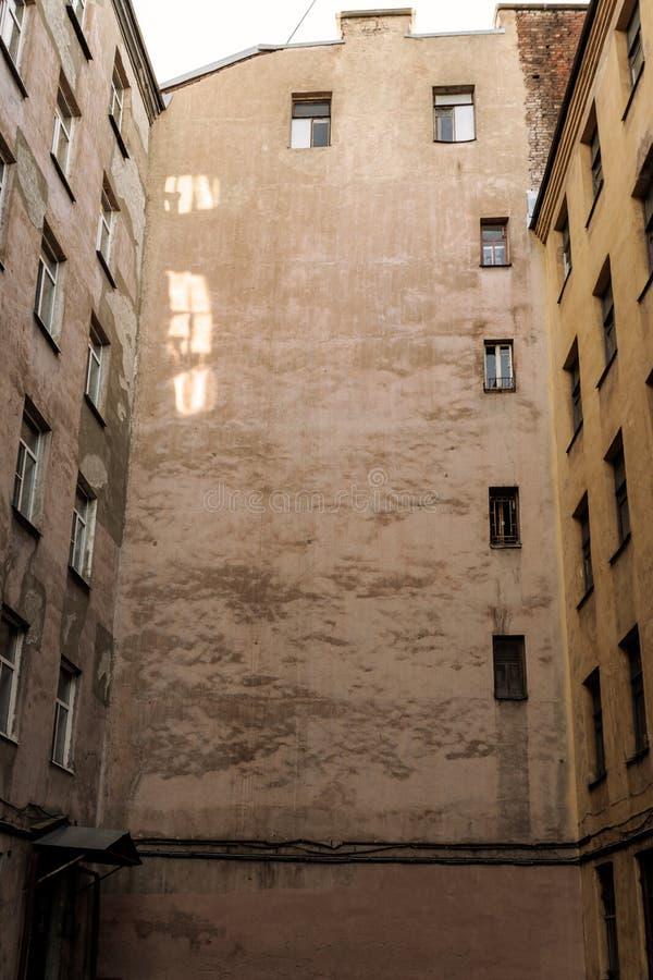 Vue de yard du vieux bâtiment St Petersburg de ville images libres de droits