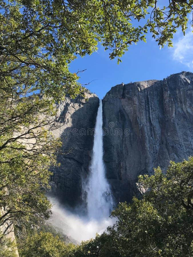 Vue de Yosemite Falls supérieur d'une traînée, en parc national de Yosemite, la Californie image libre de droits