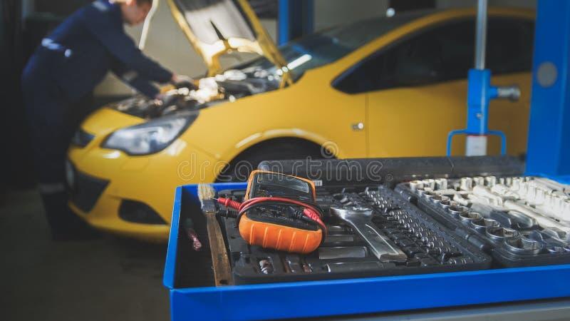 Download Vue Defocused - Mécanicien Répare Un Automobile Dévisse Le Détail De L'automobile - Service De Garage Image stock - Image du automobile, moteur: 87706341