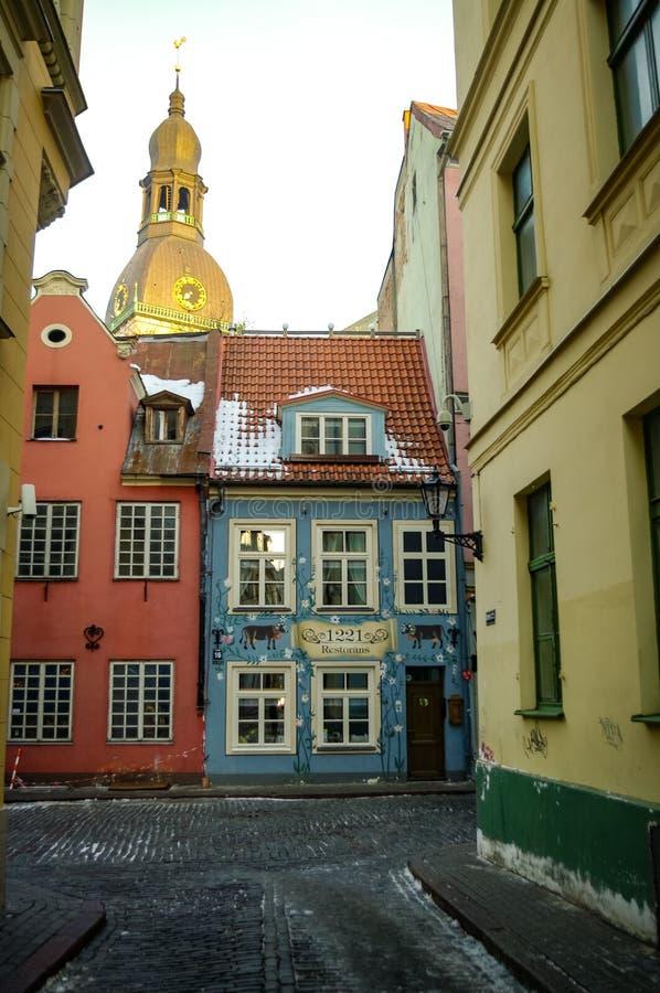 Vue depuis Kramu Street jusqu'aux bâtiments anciens avec l'un des plus anciens restaurants photos libres de droits