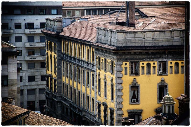 Vue depuis la cathédrale de Milan jusqu'aux rues de Milan photo libre de droits